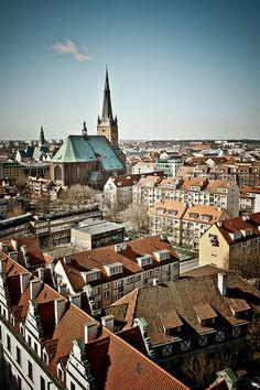 Szczecin//Szczecin est la septième plus grande ville de Pologne, le chef-lieu de la voïvodie de Poméranie occidentale ainsi que la troisième plus grande ville portuaire de ce pays. Wikipédia
