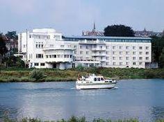 Het NH Arnhem Rijnhotel ligt aan de oever van de Rijn, op slechts een kwartiertje lopen van het centrum van Arnhem en het centraal station. We zijn een klein hotel en trots op onze persoonlijke service. We hebben 68 kamers, variërend van standaard kamers tot junior suites. Alle comfortabele kamers hebben een prachtig uitzicht. De meeste kijken uit over de Rijn, sommigen hebben een balkon. Info:  www.nh-hotels.nl