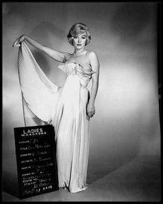 """1960 / Marilyn et MONTAND dans un numéro musical du film """"Let's make love"""" interprétant la chanson du même titre."""
