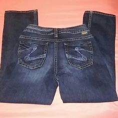 Silver suki dark denim capri size 28 new SILVER BRAND JEAND NEW WITHOUT TAGS SIZE 28 SUKI CAPRI STYLE DARK WITH WHITE ASH FADE DESIGN ON BACK POCKETS THREE FRONT POCKETS BELT LOOPS Silver Jeans Jeans Ankle & Cropped