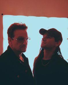 U2 vuelve al estudio de grabación. El nuevo álbum cada vez más cerca. La banda publica unas cuantas fotos que indican que estan terminando su nuevo álbum de estudio, Songs of Experience