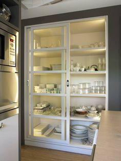 Mueble vajillero con iluminación interior y puertas correderas: Cocinas de estilo Moderno de DEULONDER arquitectura domestica