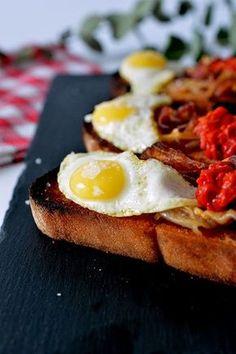 este pintxo esta cojonudo, la combinación del jamón y el huevo junto las alegrías riojanas es algo delicioso y picante