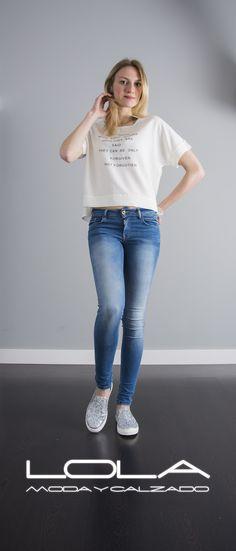 Las camisetas con estilo en tu tienda de la ropa buena.  Pincha este enlace para comprar tu camiseta en nuestra tienda on line:  http://lolamodaycalzado.es/primavera-verano/587-camiseta-brooklyn-blanco-sophyline.html