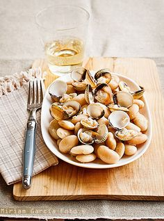 Sauteed butter beans and cockles / Image via: Invitadoinvierno (White Butter Beans) Paleo Diet Food List, Healthy Diet Recipes, Raw Food Recipes, Spanish Dishes, Butter Beans, Dairy Free Recipes, Food Inspiration, Food Photography, Yummy Food