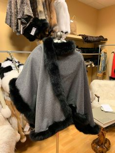 Beautiful grey cape with black fox fur ideal for the winter season. Chic and elegant for occasions or just to avoid the cold with style Capes, Earmuffs, Fox Fur, Winter Season, Winter Hats, Trending Outfits, Etsy, Black, Fashion
