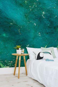 Soyez glamour en pierres précieuses avec ce papier peint et son design en jade! Le vert émeraude marbré se fond dans le profond bleu turquoise pour vous donner une murale étonnante. Rassemblez le avec des accessoires en or pour un style boho luxueux.