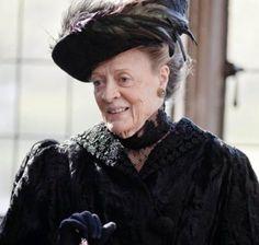 La comtesse douairière Lady Violet Grantham, la comtesse douairière, gardienne des traditions, vit dans une maison sur le domaine et rejoint régulièrement la famille. Au milieu des drames qui secouent le domaine, la comtesse douairière, jouée par l'inégalable Maggie Smith, fait preuve d'un humour salvateur et réjouit par ses répliques toujours plus ironiques.