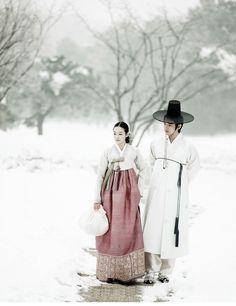 Couple Walk in the Snow - woman wearing Korean hanbok Korean Traditional Dress, Traditional Fashion, Traditional Dresses, Geisha, Korean Dress, Korean Outfits, Mode Baroque, Vietnam, Modern Hanbok