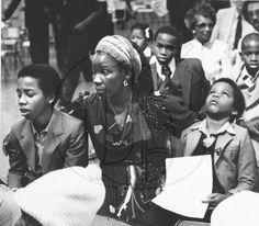 Rita, Ziggy & Stephen at Bob's funeral, 1981 Marley And Me, Bob Marley Kids, Marley Family, Bob Marley Legend, Reggae Bob Marley, Image Bob Marley, Stephen Marley, Bob Marley Pictures, Robert Nesta