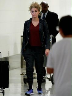 Tori Kelly airport fashion.