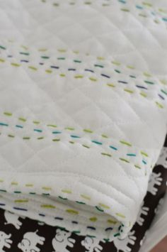 Making An Easy Handmade Baby Quilt – Handmade baby quilts Handmade baby quilts, Diy baby stuff, Hand Quilt Baby, Diy Baby Quilting, Easy Hand Quilting, Easy Quilts, Quilting Projects, Quilting Designs, Sewing Projects, Hand Quilting Patterns, Bebe Love