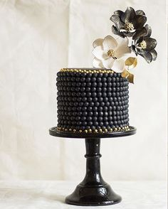 Chic And Unique Black Wedding Cakes. Black wedding cakes are rising up across the wedding scene! Could a black beauty of a cake be the delightful dessert for you and your wedding or is it just too dark and daring? Gorgeous Cakes, Pretty Cakes, Amazing Cakes, Fancy Cakes, Mini Cakes, Cupcake Cakes, Black And Gold Cake, Black Gold, Black Pearls