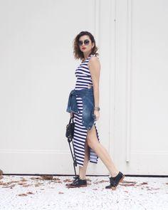 Van Duarte: vestido tubinho com fenda lateral listrado, jaqueta jeans