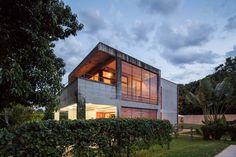 Casa SMPW, LAB606 - Brasília - DF, Brasil l Um volume longitudinal compreende as áreas molhadas e a escada, enquanto a sala e o quarto, em níveis diferentes, são integrados por meio de um pé direito duplo. A premissa para este projeto era a construção de uma casa econômica e de fácil manutenção.