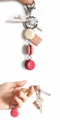 Irresistible Kiss romantic pink french macaron keychain in shades of love / Porte-clés macaron rose / cadeau valentine pour femme / LA NOSTALGIE / Bijoux Gourmands / Bijou Créatrice  #ValentinesGiftsForHer #PinkMacarons #ValentinesDayGifts