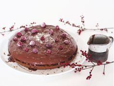 Przepis na prosty wegański tort. Wegański biszkopt przekładany i wegański krem czekoladowy. Całość zatopiona w przepysznej, czekoladowej polewie. Dinner, Cake, Food, Dining, Food Dinners, Kuchen, Essen, Meals, Torte
