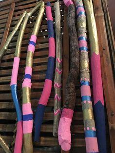 Driftwood painted sticks with gold mason jar. by LivingLikeLexie Driftwood painted sticks with gold mason jar. by LivingLikeLexie Pot Mason, Distressed Mason Jars, Mason Jar Sconce, Glitter Mason Jars, Mason Jar Crafts, Driftwood Wreath, Painted Driftwood, Painted Wood, Painted Sticks