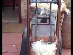 La cardatura della lana a mano, nel 2012.