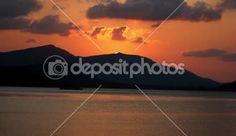 Pôr do sol no mar, montanhas no fundo e mooving navio — Filmagem de Stock #60702297