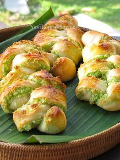 Nasi Lemak Lover: Plaited Coconut Bread 椰子面包 (Sounds good, except I don't know what pandan paste is) Braided Bread, Bread Bun, Bread Rolls, Asian Desserts, Asian Recipes, Coconut Recipes, Bread Recipes, Coconut Buns, Nasi Lemak