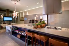 Bancada ampla integrando cozinha e sala