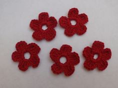 APLIQUE DE CROCHÊ FLORES <br> <br>Médias e delicadas flores coloridas confeccionadas em crochê com fio 100% de algodão, espessura média. <br> <br>Medida aproximada: 4 cm <br> <br>Ideal para customização de peças, tais como blusas, bolsas, peças em jeans, pacotes de presente, tags e cartões comemorativos. <br> <br>Também é uma opção para montagem de bijuterias, acrescentando um toque artesanal nas peças montadas com contas coloridas. <br> <br>Ótima sugestão para usar na decoração de álbuns em…
