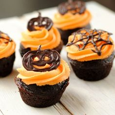 pumpkin-cupcakes Halloween cupcakes (Halloween cupcake ideas for decorating cupcakes in cute and fun ways for scary and spooky Halloween parties. Best Halloween Ideas to try Bolo Halloween, Spooky Halloween, Halloween Treats, Halloween Chocolate, Happy Halloween, Halloween Designs, Halloween Images, Cupcake Recipes, Cupcake Cakes