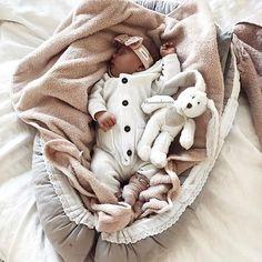 Ristiäispuvun riisumisen jälkeen vauvan voi pukea rennompiin vaatteisiin. Tytöillä kaikenlaiset rusettipannat toimivat hyvin, niillä saa helposti juhlavan lookin!