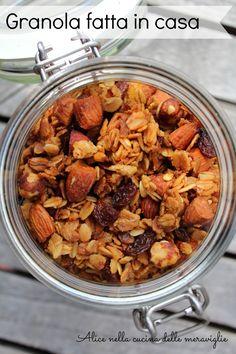 Granola fatta in casa: la ricetta perfetta per gli amanti dell'homemade e dei cibi genuini. Pochi ingredienti per una sana carica di energia!