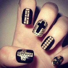 Decorado de uñas negro con dorado