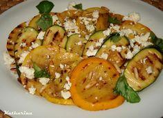 Zucchini-Salat mit Pinienkernen und Feta auf www.katharinakocht.com