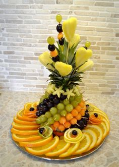 Fruit carving: Fruit sliced ​​on the holiday table - fruit arrangements - Fingerfood Fruits Decoration, Food Decorations, Deco Fruit, Fruit Creations, Food Carving, Fruit Plate, Fruit Art, Food Garnishes, Garnishing Ideas