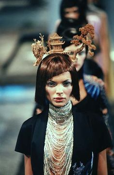 1998 - Alexander McQueen 4 Givenchy Couture show - Final : Esther Canadas & models