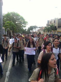#SanDiego Liceistas toman las calles con pancartas y consignas. La lucha es de todos los sectores. pic.twitter.com/l5SznghLlp