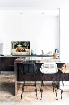 New kitchen island chairs counter stools interior design Ideas Kitchen Stools, New Kitchen, Kitchen Dining, Kitchen Decor, Kitchen Ideas, Stylish Kitchen, Awesome Kitchen, Kitchen Modern, Kitchen Styling