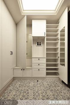 玄關處的 L 型的鞋櫃,可於轉角處坐著穿鞋,連門片背後也藏有變電箱。地板使用仿古復古磚,替空間增添了復古的元素。