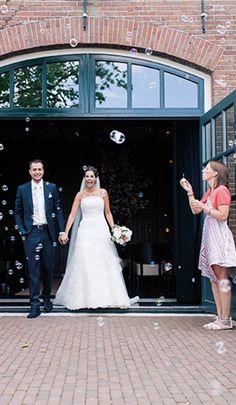 Getrouwd! Bellenblazen voor het bruidspaar bij de entree van Mereveld. Sprookjesachtige bruiloftsmomenten. #Mereveld Utrecht in TOP 5 populairste trouwlocaties van Nederland!
