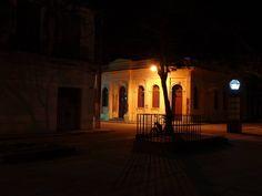 """Desde el Parque Central. Foto nocturna del antiguo Banco Garrigó y la Peletería """"Palomera"""""""