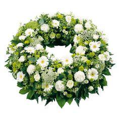 Couronne plate composée de germinis, oeillets blancs, dill, aster, santinis, sallal. #deuil #condoleances