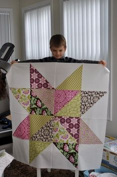 giant star Talk about fast! I'll bet this would be a fun fat quarter quilt, just cut 18 x 18 inch squares, scrappy binding. Use this pattern idea for outside quilt block Big Block Quilts, Star Quilt Blocks, Star Quilts, Quilt Block Patterns, Easy Quilts, Pattern Blocks, Scrappy Quilts, Amish Quilts, Quilting Projects