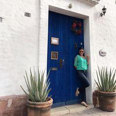 ¡Hola 2017, te estábamos esperando!! 💙 Una de mis fotos favoritas de nuestro viaje de fin de año... como pueden ver, mi hija y yo la pasamos felices tomándole fotos a tantas puertas tan lindas!! Ésta en particular me encantó, con ese tono de azul tan perfecto, y esas sávilas divinas!! Hello 2017, we've been expecting you! 💙 One of my favorite pics from our trip to La Paz these days. As you can see, my daughter and I loved photographing so many beautiful doors out there ☺️ I especially…