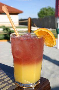 Receita de um dos drinks mais desejados e adorados por todos os bebedores, o Sex on The Beach. Uma mistura de vodka, suco de pêssego, suco de laranja, entre outros. Confira!