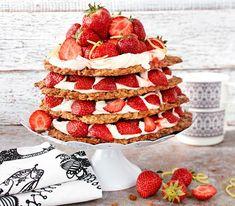 Herkullisin kerroskakku yhdistää rapeat kaurakeksit, mansikat ja pehmeän mascarponen. Mikä parasta, kakku on gluteeniton. Raspberry, Strawberry, Waffles, Gluten Free, Baking, Fruit, Breakfast, Desserts, Food