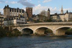 Le pont du XIV juillet, le chateau de Pau, l'hotel Gassion et l'Eglise St. Martin, Pau