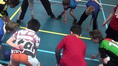 Poortbal: De bal met je vuist door het poortje van iemand anders tikken en zorgen dat de bal niet door je eigen poortje gaat. De laatste 5 hebben gewonnen! School Bo, School Sports, Sport Snacks, Management Games, Primary School, Sport Girl, Team Building, Physical Education, Training