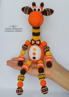 Жираф Кругляш 2 - вязаная игрушка с руками-бусинами и погремушкой