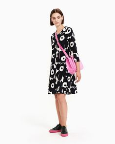 The Aretta dress in the off white and black Pieni Unikko print is made of cotton jersey. It has cropped sleeves, a round neckline, pockets in the side seams and a classic A-line cut that ends in an above-knee hemline. Normal Body, Marimekko, Off White, Black And White, Basic Colors, Body Shapes, Color Patterns, Hemline, Easy