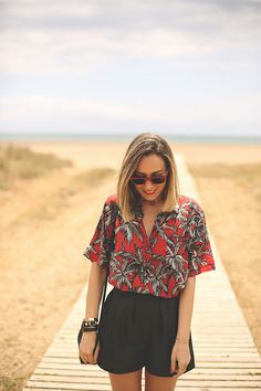 One of the biggest trends of the summer is Hawaiian prints. How to wear it plus pieces to buy. Tropical Party Outfit, Hawaiian Party Outfit, Hawiian Outfit, Luau Outfits, Party Outfits For Women, Summer Outfits, Hawaiian Outfit Women, Hawaiian Fashion, Hawaiian Outfit Ideas Casual