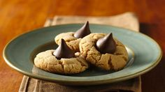 Gluten-Free Bisquick Peanut Butter Blossoms Try our gluten-free Bisquick mix cookie recipe. It''s a take on a classic peanut butter and chocolate candy cookie recipe. Peanut Butter Kiss Cookies, Peanut Butter Blossom Cookies, Peanut Blossoms, Gluten Free Sweets, Gluten Free Cookies, Quick Cookies, Betty Crocker, Sin Gluten, Gluten Free Christmas Cookies
